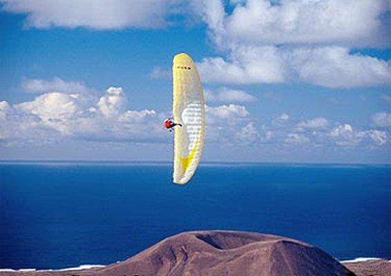 Mario Eder flies a perfect wingover on a CARBON over the southern point of La Palma.